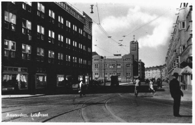 LEKSTRAAT naar de Rijnstraat, de Thomas van Aquinokerk, de St. Catharinaschool, Vechtstraat. 88
