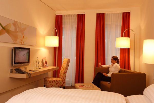 Blick in eines der Hotelzimmer / View into one of the hotel rooms | H+ Hotel München