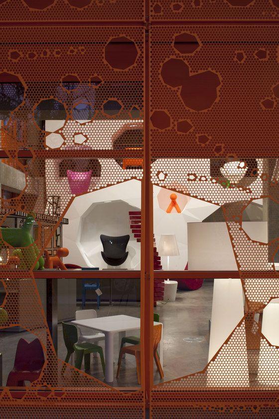 The Orange Cube- Lyon, Francia A pesar de que en su parte externa no refleja un ambiente tranquilo y de trabajo, en su interior tiene una gran variabilidad de espacios, mueblres, colores y elementos que permiten dar diferentes opciones para esocger al momento de trabajar.Tiene tres divisiones el hueco externo, el techo y la entrada, esto genera espacios de relacion entre los edificios, los usuarios, el espacio y el suplemento de luz, dentro de un programa de oficinas común.