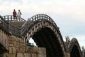 Un puente en arcos de madera (Puente Kintai, en Japón)