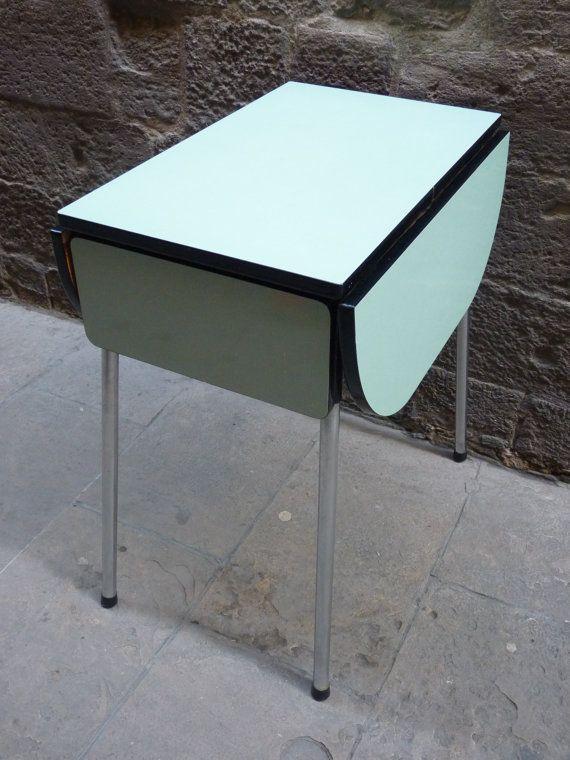 Mesa de cocina color verde azulón de fórmica años por Mementosbcn