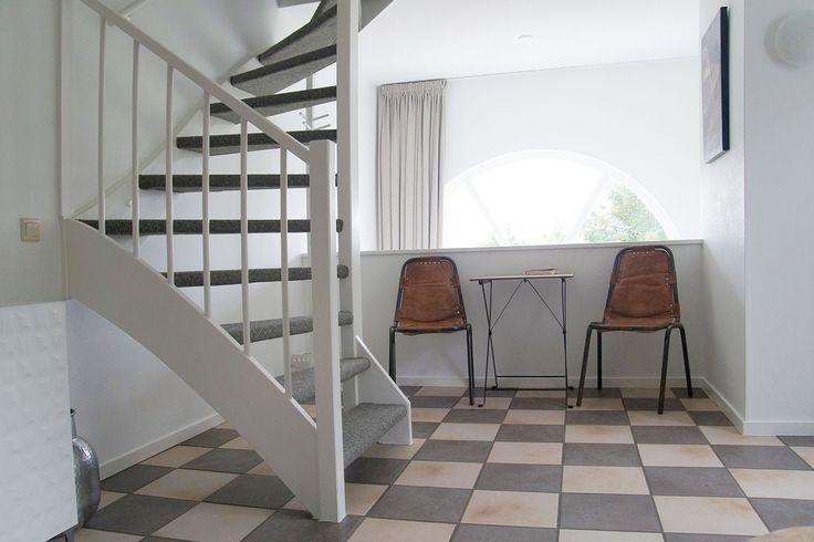 gedeelte woonkamer: zitje aan balustrade |  Huisje 136 Mechelerhof.nl