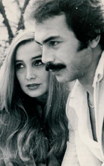 SEVİM EMRE- ORHAN GENCEBAY Orhan Gencebay ile Sevim Emre aşkının ilk yılları... O zamanlar oğlu Altan'ın annesi Azize Gencebay'dan boşanmak üzere olan Gencebay, hiçbir yere Emre'siz gitmiyordu (1976).
