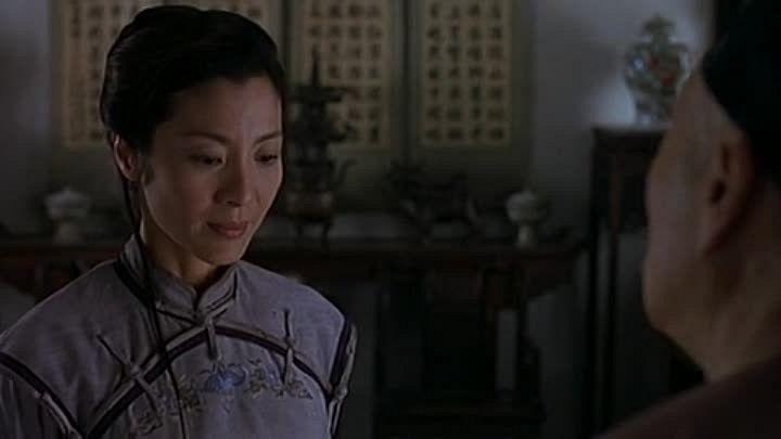 """Tigre et dragon 1 : """" Tigre et Dragon revisite un genre fameux, le wu xia pian, le film d'arts martiaux chinois. Mais Ang Lee ne se contente pas de recycler les thèmes et les figures de style imposés (trahisons, traquenards, épreuves insurmontables...). A l'opposé de la frénésie de rigueur, il déroule son histoire comme un rituel méticuleux, sur un rythme d'une élégance sereine. Une étrangeté diffuse relie (et délie) les personnages..."""" television.telera..."""