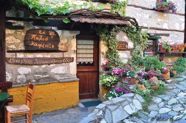 Μέχρι τη δεκαετία του 80 ήταν ένα Ελληνικό χωριό φάντασμα. Σήμερα συγκλονίζει με την ομορφιά και τη ζωντάνια του!