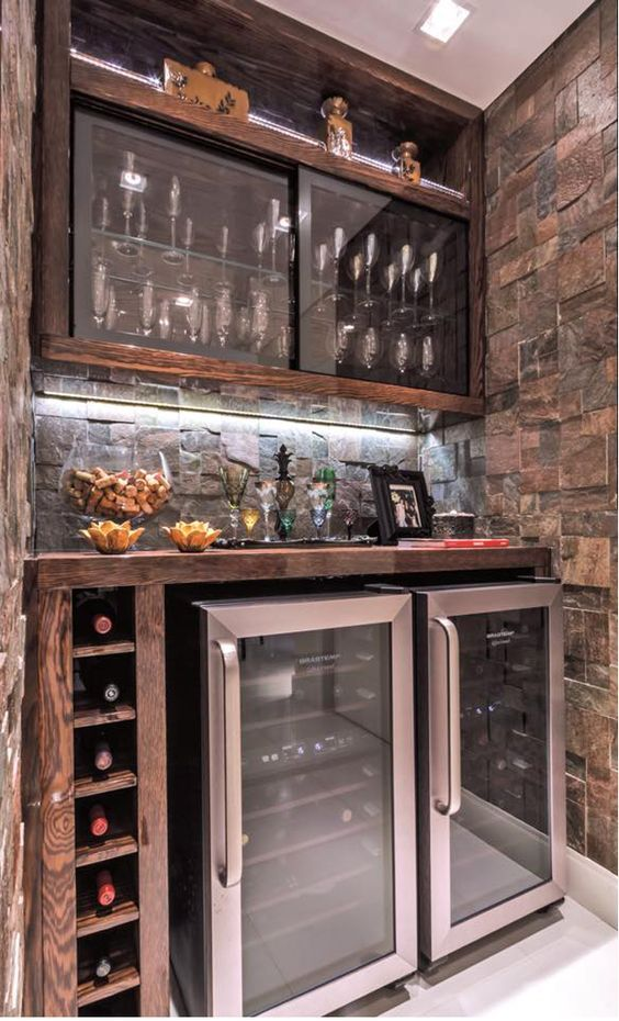 Bodega. #bar #wineCellar Puertas corredizas. Heladeras bajo mesada.