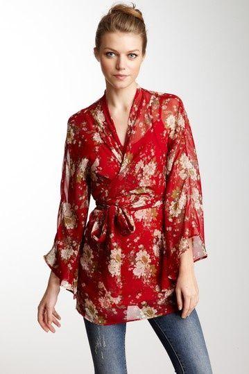 Blus kimono warna merah bermotif yang elegan.