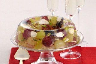 Meyve salatası malzemeleri 2 Adet elma 2 adet armut 2 adet muz 200 gr. çilek 2 adet kivi Yada isteğinize göre meyveler 4 çorba kaşığı pudra şekeri 1 adet limon İsterseniz üzerine: Dondurma, Krem şanti, Meyve jölesi, bal v.b.isteğinize göre herhangi biri Meyve salatası nasıl yapılır Meyve salatası yapılışı Meyveleri ayıklayın, yıkayıp kabuklarını soyduktan sonra,... Tarifi »