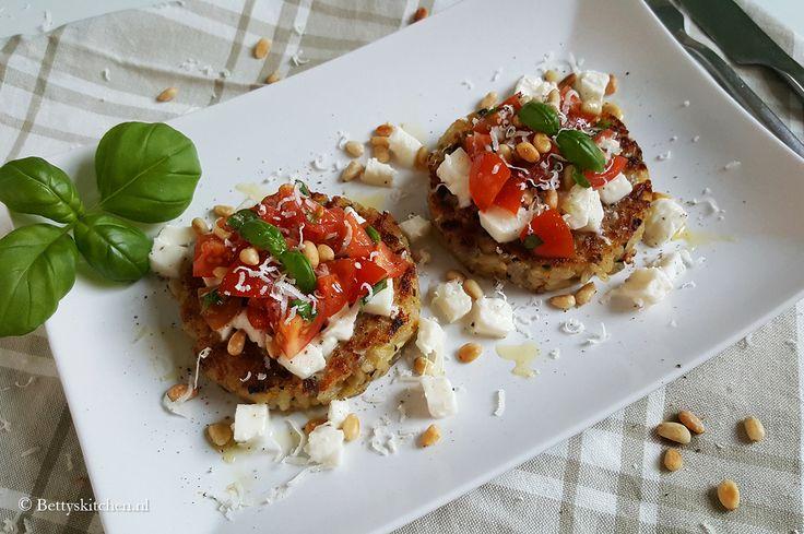 Speciaal voor de meatless monday serveren wij deze vegetarische risotto taartjes met tomatensalade. Ideaal voor de doordeweekse middag of avond!