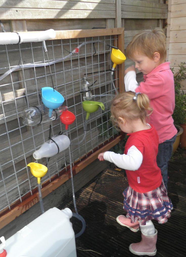 de watermuur - Ook wanneer het nog niet heel warm is toch lekker naar buiten en met water spelen.