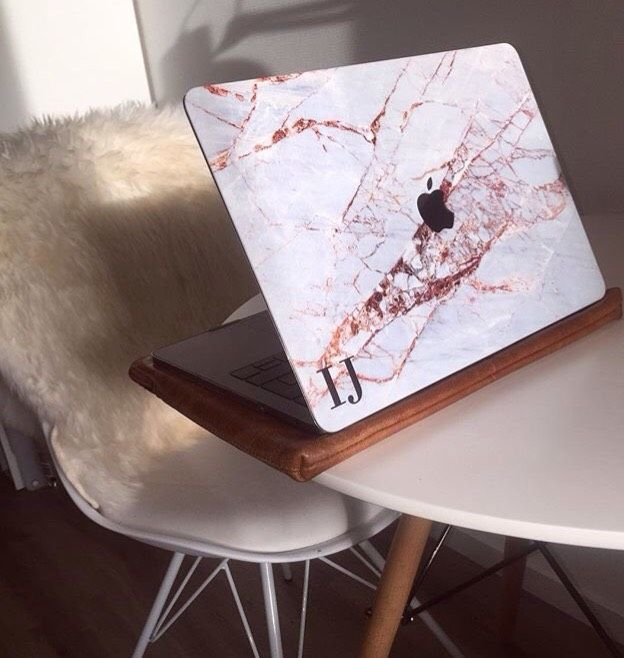 ❤️ This pic thanks @iris.jorna with the Cracked Marble initials MacBook case. 👉 livexmaintain.com link in our bio #livexmaintain