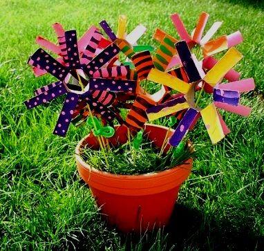 Еще один способ дать картонным рулонам от туалетной бумаги вторую жизнь- превратить их в яркие красочные цветы, которыми можно украсить дом или дачный участок.