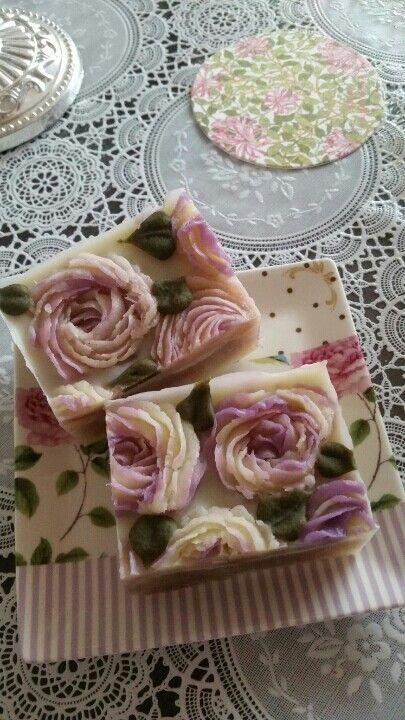 Sabonetes artesanais decorados com rosas:http://artesanatobrasil.net/face/sabonete-artesanal