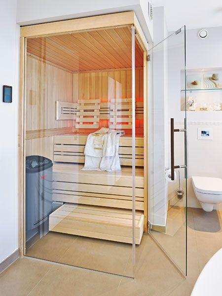Highlight aus Glas und Holz Platz ist in der kleinsten Ecke – für eine Sauna. In der schwellenlosen Kabine können bequem zwei Personen nebeneinandersitzen. Toller Nebeneffekt von heller Holzausstattung und Glasfront: Sie harmonieren hervorragend mit dem natürlich-leichten Look des Wohlfühlbads.
