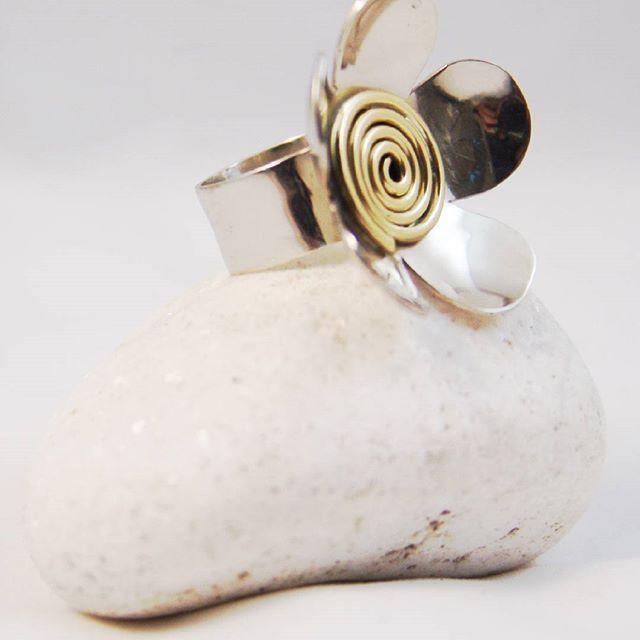 Καλή Πρωτομαγιά! Happy 1st of May! 🌸 Ring from silver and brass / Δαχτυλίδι από ασήμι και ορείχαλκο #silver #handmadejewelry #picart #ring #silverjewelry #flowers #pin