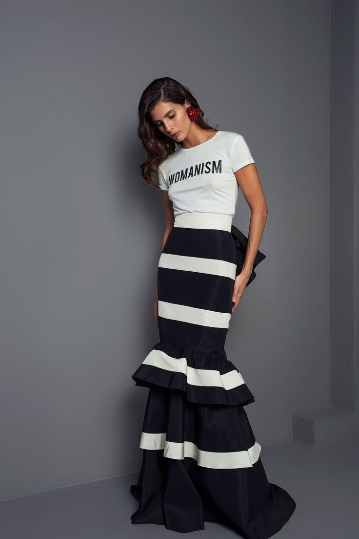 Falda larga que combinada con una camisa de seda blanca de manga larga ligeramente metida por la cintura y un bolso de fiesta puedes crear un elegante outfit de boda.