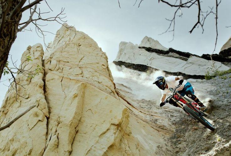 L'Alaska, une terre sacrée ! – Début de saison pour Martin Soderstrom Alors que le Printemps vient tout juste d'arriver, les rider VTT veulent à tout pris retrouver leurs sentiers favoris. C'est pour cela que Vincent Tupin et Martin Soderstrom ont retrouvés les sentiers de l'Alaska afin de s'offrir un petit séjour bien sympa. Ce pays assez sauvage offre d'immenses possibilités pour réaliser une vidéo de mountain bike extraordinaire. Avec le soleil présent sur les... #descente #redbull #vtt