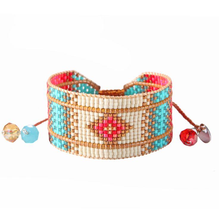 Joyau de perles et de beauté confondue avec cette parure de poignet montée avec grâce et parfaitement finie avec son lacet.