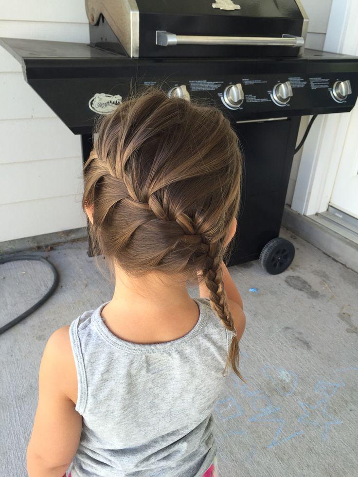 Schuine vlecht.   http://www.luxforkids.com/lifestyle/de-5-beste-kapsels-voor-jouw-dochter/
