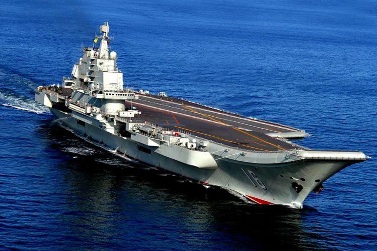 En este 14 de octubre 2012 de la foto, el Liaoning, China & # 39; s primer portaaviones, velas en el mar cerca de Qingdao en el este de China & # 39; s la provincia de Shandong.  De China & # 39; s el portavoz del Ministerio de Defensa, el coronel Yang Yujun dijo a periodistas en una conferencia de prensa Jueves, 31 de diciembre 2015 que China está construyendo un segundo portaaviones, esta vez en su totalidad con tecnología nacional.  (Chinatopix vía AP) CHINA OUT