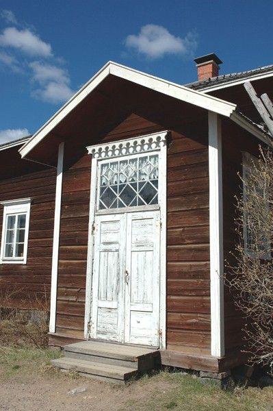Hirsitalon kuisti (11871). hirsitalo, kovero, kuisti, perinne, perinteinen, seitseminen, seitsemisen kansallispuisto, sisäänkäynti, talo, ulko-ovi