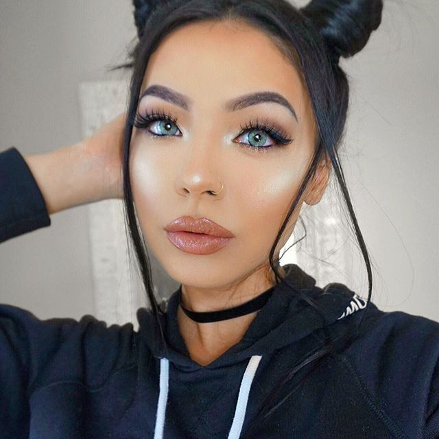 """SO I tried """"space buns"""" but they came out looking more like space baguettes 😂... I'll try it again another day 😋 . . ✨details✨ 🌙#tartecosmetics #tarte 12 hourAmazonian clay foundation 🌙#iconiclondon contour palette 🌙 #lauramercier translucent powder 🌙 #jeffreestarcosmetics glow in ice cold on the cheeks/eyes/nose 🌙 #toofaced sweethearts blush 🌙 #makeupforever aquabrow in shade 40 🌙 #marcjacobs bronzer 🌙 #benefitcosmetics hoola bronzer and poreless primer🌙 #elfcosmetics #elf mad…"""