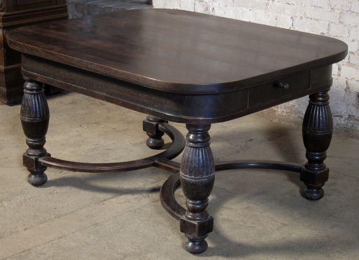 Esstisch mit zwei Schubladen  Epoche : 1910 Holzart : Eiche Maße : Länge 140 cm, Tiefe 116 cm, Höhe 78 cm Kennung : Nr. 454