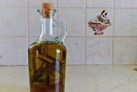 Feuriges Kräuteröl ist einfach zubereitet und gibt mediterranen Gerichten einen besonderen Touch.