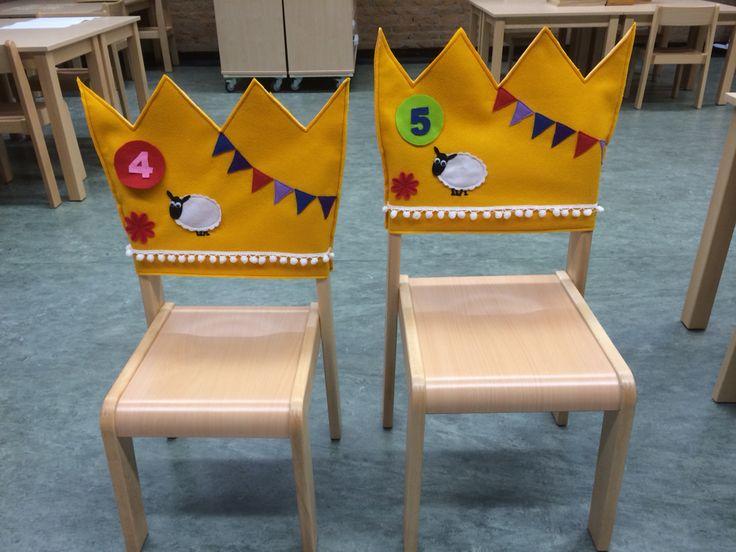 Verjaardagskroon voor over de stoel van de jarige.