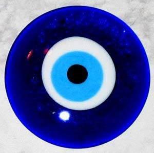 olho grego ''Olho grego é um talismã contra a inveja e o mau-olhado, é também conhecido como um símbolo da sorte e funciona contra energias negativas.''
