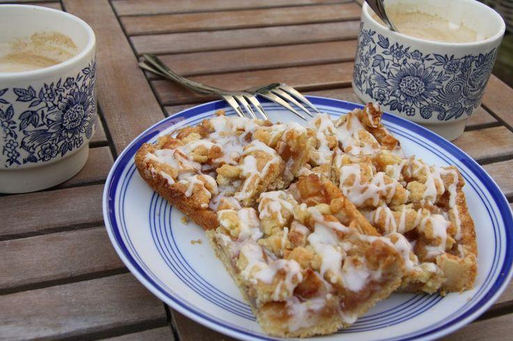 Een heel erg gemakkelijk recept voor een heerlijke appel-peer plaatkoek. Je huis ruikt gegarandeerd heerlijk naar zoete appel en het ziet er ook nog heel mooi uit. Heel erg lekker voor bij de thee of koffie, of serveer nog warm als toetje met een bolletje ijs.