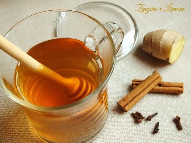 tisana cannella e zenzero300 ml di acqua 1,5 cm di cannella 1,5 cm di radice di zenzero 2 chiodi di garofano miele per dolcificare