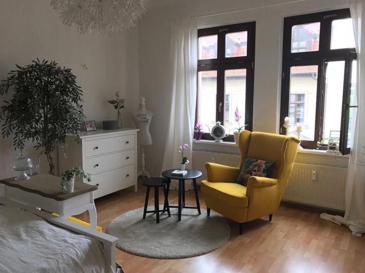 Un coin salon confortable avec un fauteuil jaune est le clou de la pièce. #WG #room …