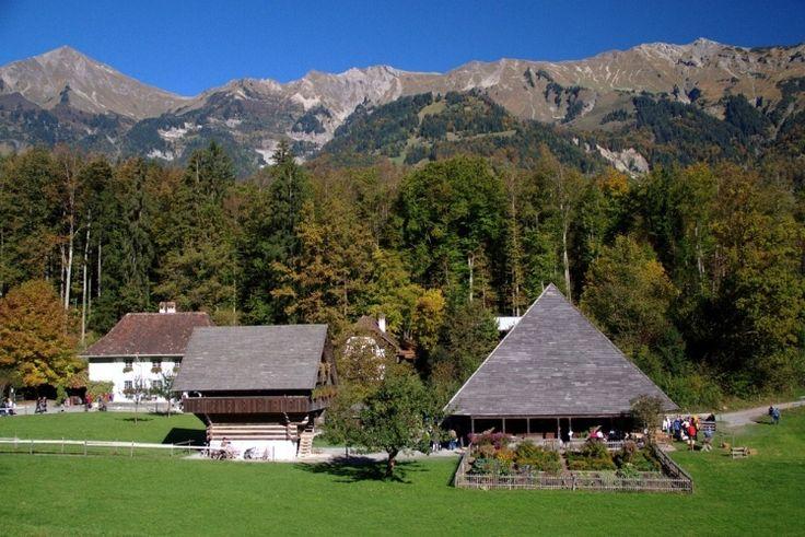 Localizado no Cantão de Berna, na Suíça, o Swiss Open-Air Museum Ballenberg é um…