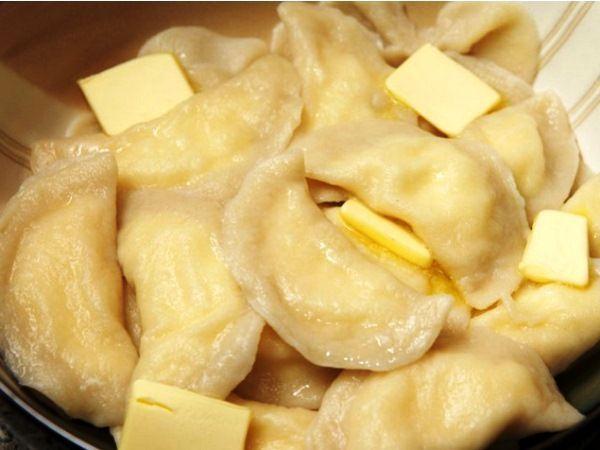 Коротко о том, как приготовить вкусное тесто для вареников с творогом из яиц, муки и воды
