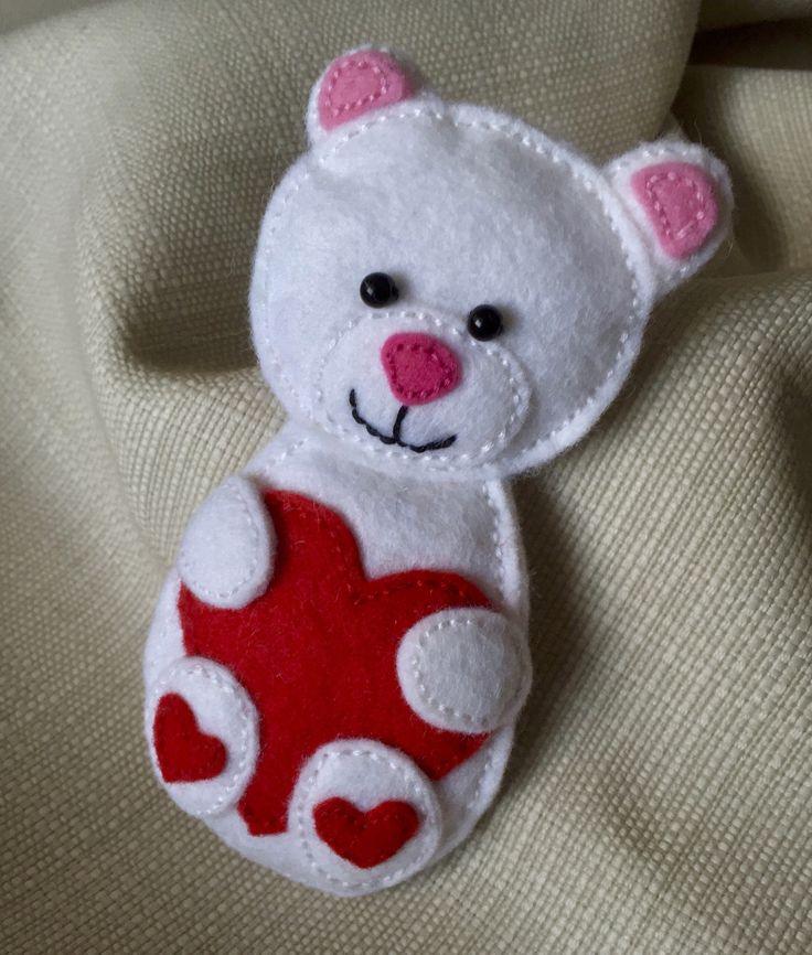Zamilovaný+méďa+Šitá+figurka+medvídka+z+plsti+bílé+barvy+s+aplikacemi+z+plsti+růžové+a+červené+barvy.+Lze+objednat+jako+brož,+nebo+jako+přívěšek.+Velikost+cca+10+cm.+