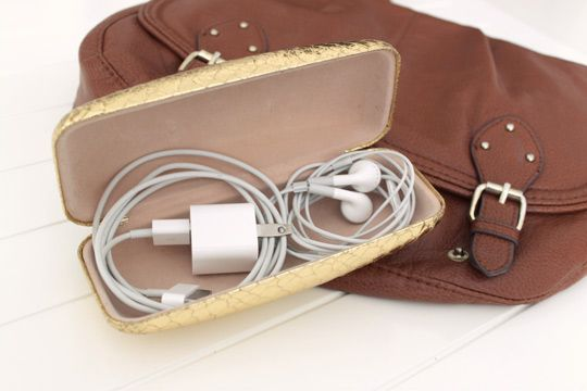 Why didn't I think of that....Use a sunglasses case to store cords and cables in your bag: Good Ideas, Organizations, Pur Storage, Travel Hacks, Sunglasses Cases, Eyeglasses Cases, Great Ideas, Bags, Stores Cords