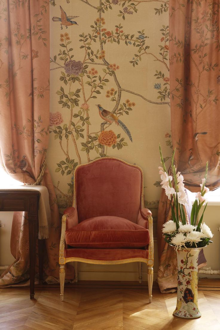 Chinoiserie wallpaper - Love the colors and the relationship between the wall and curtains.