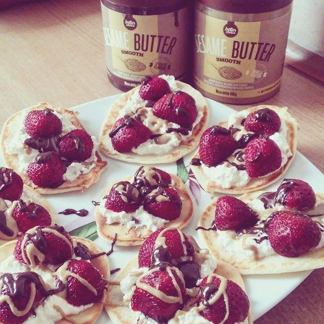 Naleśniki z twarogiem, truskawkami i masłem sezamowym  Pancakes with a cottage cheese, strawberries and sesame butter  #pancakes #sweet #yummy #pycha #fitfood #foodporn #eatclean #zdrowejedzenie #foodforlife #getfit #fitness #instafit #fitspiration #przepis #recipe #truskawki #masłosezamowe #instafood #mniam #pychota #trecgirl #sesamebutter #naleśniki #homemade #dessert #deser #nasłodko #głodny #motivation #motywacja @trecnutrition