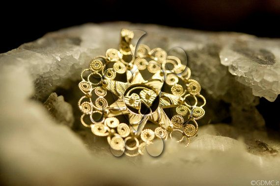 Presentosa is a traditional jewel dated on the XVII century from the Abruzzo region in Italy. It became famous when the poet Gabriele DAnnunzio