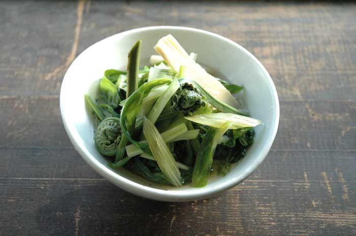 いちばん丁寧な和食レシピサイト、白ごはん.comの『たけのこ、こごみ、ふき、せりを使った春野菜のお浸しの作り方』を紹介するレシピページです。山菜それぞれの下処理の方法も合わせて、写真付きで詳しく紹介しています。スーパーで手に入る山菜を中心に使いまいしたので、ぜひ数種類の山菜を混ぜ合わせてお浸しを作ってみてください!