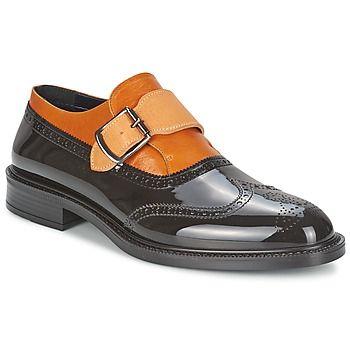 Quando a Vivienne Westwood adota os códigos clássicos é para propor o sapato Monk Brogue. Um modelo de cor preta que oscila entre sofisticação e aspeto descontraído. Perfeito para os homens modernos! - Cor : Preto / Conhaque - Sapatos Homem 0,00 €