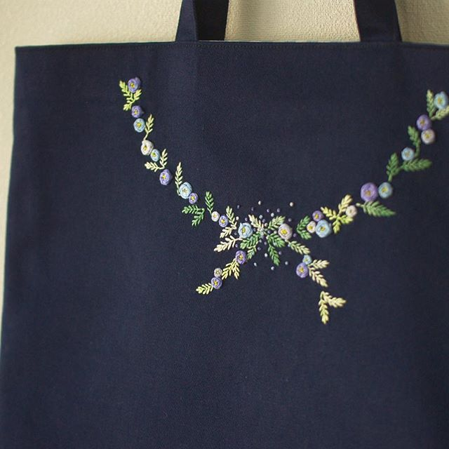 生地と刺しゅうの色が変わると同じ図案もぐっとフォーマルに💐  . #刺しゅう #刺繍 #embroidery #レッスンバッグ #バッグ #bag