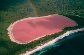 El Lago Retba. Mejor conocido como Lago rosa, una extensa cantidad de agua color rosa ubicada al norte de la península de Cabo Verde, África, es el resultado de cambios geológicos, movimiento de las placas tectónicas y volcanizaciones.