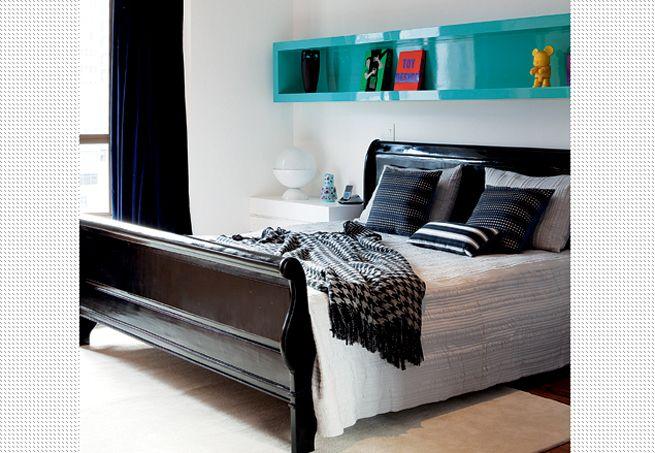 Em vez de quadros, a parede recebeu uma estante multifuncional no mesmo tom do móvel da sala. A cama oriental, herança de família, foi pintada com um tinta escura e ganhou um ar mais moderno  Marco Antonio / Casa e Jardim
