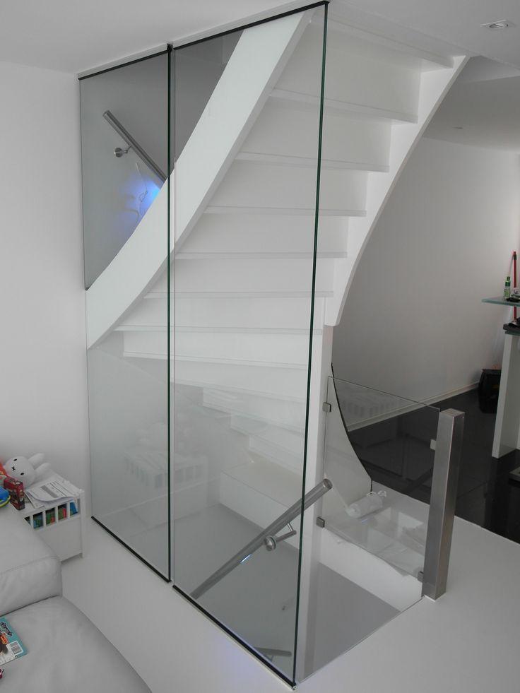 Leuning met led verlichting gemonteerd tegen een glazen wand lumigrip trapleuningen met led - Mezzanine verlichting ...