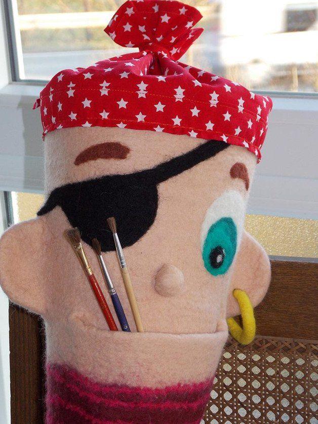 """Wunderschöne von Hand nahtlos gefilzte Pirat-Schultüte aus weicher Merinowolle. Dieser Pirat hat ein """"goldener"""" Ohrring und kann ein Überraschung im Mund verstecken :-) Für einen tollen Start in..."""
