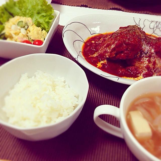 海外出張から帰って来た主人のリクエストで作りました♡ - 4件のもぐもぐ - 煮込みハンバーグ•ポテトサラダ•紫玉ねぎと豆腐のスープ by halco25