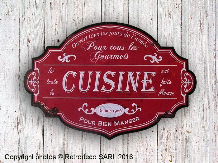 On aime la découpe en arabesque de ce panneau décoratif en métal patiné rouge Cuisine. Il s'intègrera parfaitement dans une cuisine ambiance déco brocante. Une création Antic Line. A s'offrir ou à offrir. Deux attaches au dos.