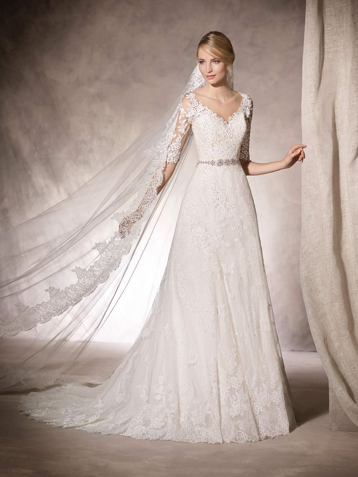 It's love at first sight with HOLANDA. Tulle, lace, guipure, gemstones and embroidery for an A-line wedding dress with a V-neckline
